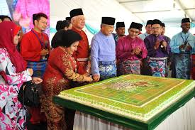 Najib and Rosmah entertain guests with Hari Raya songs
