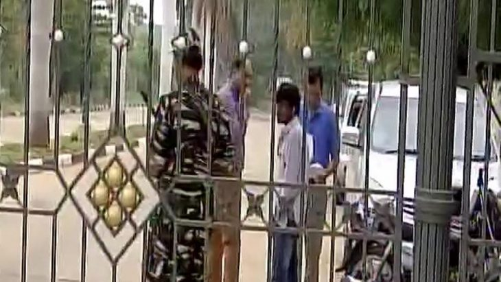 -T dept raids Karnataka minister Shivakumar, visits resort where Gujarat Congress MLAs are staying