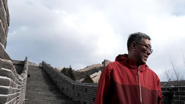 Man walks on footthe entire length of China's Great Wall