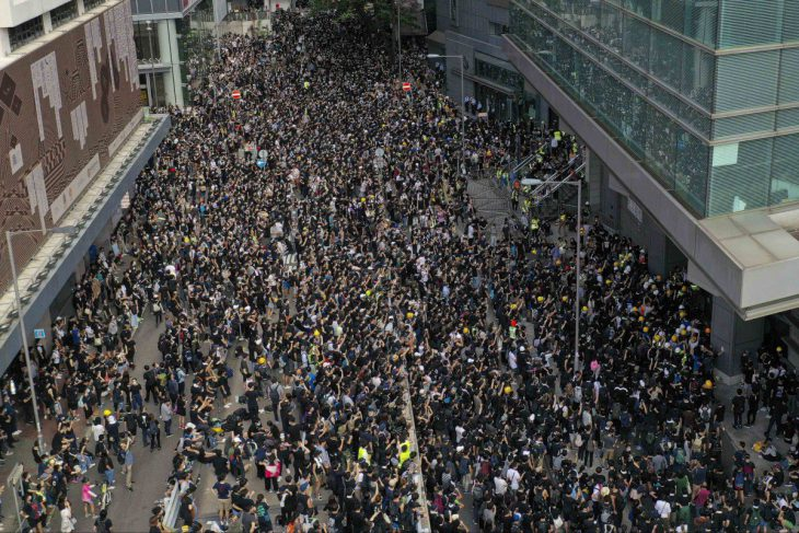 Hong Kong: protesters blockade headquarters with Commissioner Stephen Lo inside